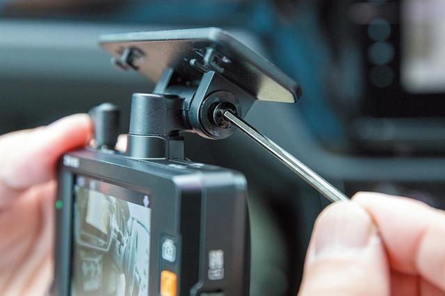 画像: 本体の取り付け位置が決まったら、取り付け用ブラケットをフロントウインドウに両面テープなどで本体ごと仮止めする。角度が決まったら、付属の六角レンチで固定する。