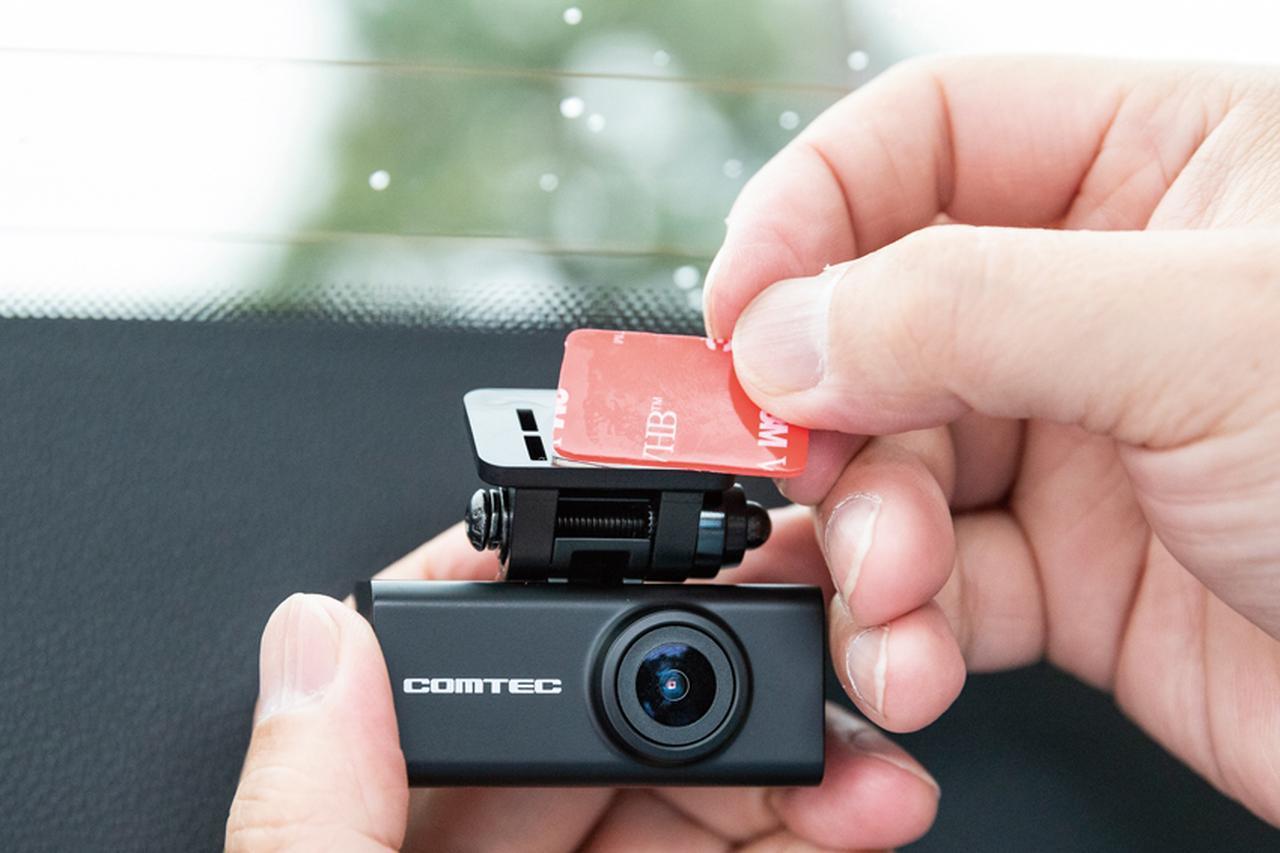画像: リアウインドウの熱線のすき間にカメラ部が収まるように取り付け位置を決める。調整ができたら、フロントカメラと同様、両面テープで貼り付ける。