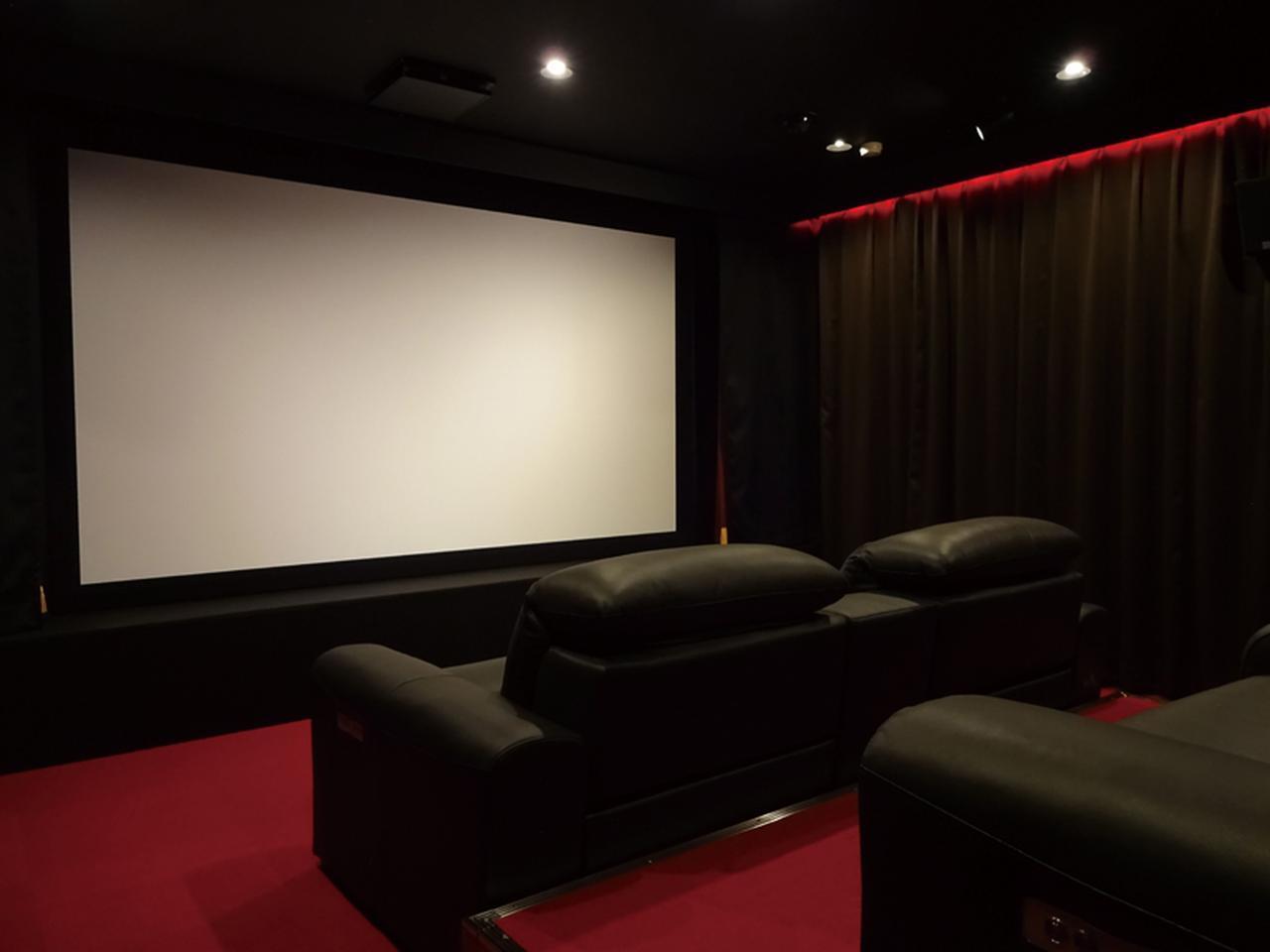 画像: スクリーンサイズは150型。手持ちのBD/DVDソフトやスマホの配信動画などを再生することができる。