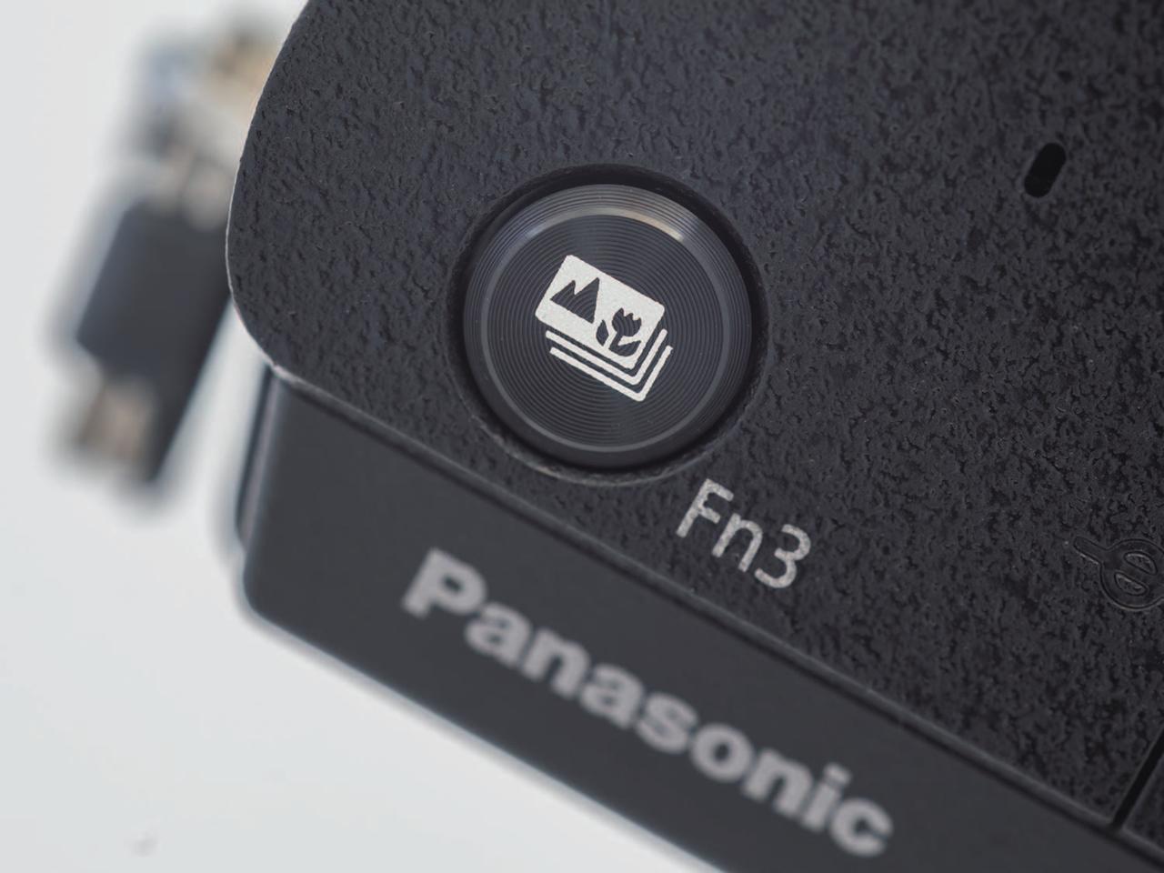 画像: 上面の「Fn3」ボタンは、自分撮りモード時にシャッターボタンとして機能する。左右どちらの手でも構えることができるのは便利だ。