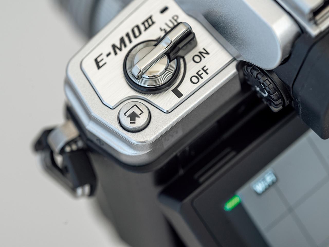 画像: シーンモードやフィルターの種類を変えたいときなどに押すと、設定画面がすぐに呼び出せるショートカットボタンを天面左端に装備する。