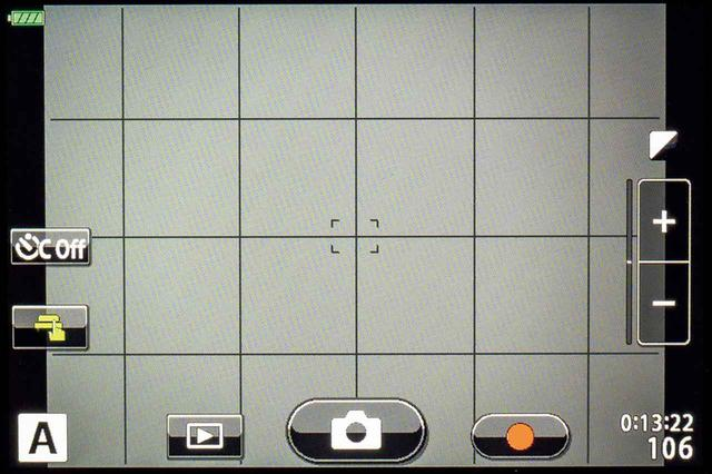 画像: 自分撮りモード時の画面。顔認識を使えばピント合わせは楽ちん。再生ボタンもあるので、持ち替えたりせずに画像が見られる。