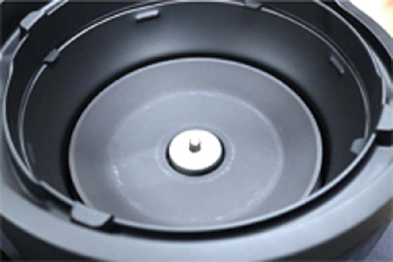 画像: 土鍋の裏に埋めた小型センサーで、炊飯温度をコントロール。