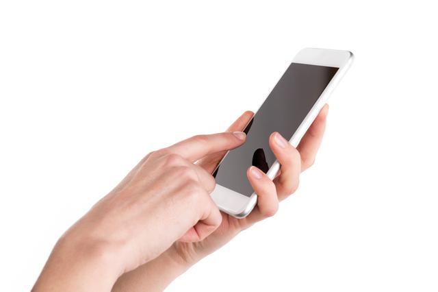 画像: タッチ操作に慣れるまでは、スマホを支えながら利き手の人差し指で確実に操作しよう。