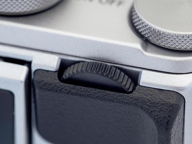 画像: 背面側上部に縦にレイアウトされているサブコマンド(電子)ダイヤル。露出調整や自分撮り時のシャッター操作などに活躍する。
