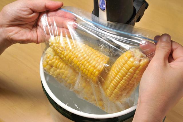画像: トウモロコシと塩、しょうゆ、バターなどを袋に入れ、80℃で30分間湯煎する。