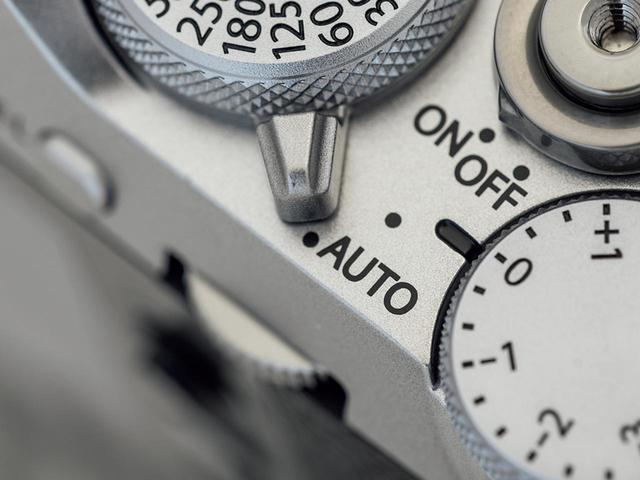 画像: シャッターダイヤル基部のレバーを「AUTO」にすると、ワンタッチでフルオートに切り替わる。気楽に撮りたいときに活用できて便利だ。