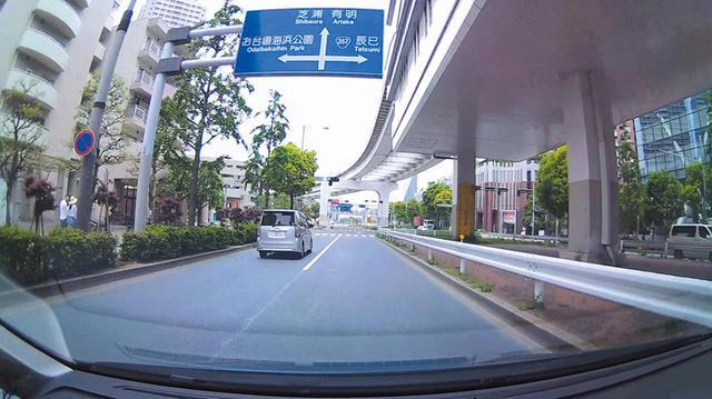 画像: 対向車のナンバーもしっかり確認できる解像度を持つが、コントラストはあまり高くない。映像品質はいま一つだ。