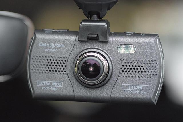 画像: GPS内蔵のブラケット部に電源ケーブルを接続。3.0型と大型液晶を搭載するが、薄型のボディとも相まって、本体周辺はスッキリ。