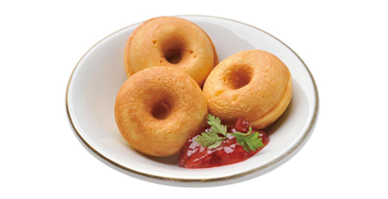 画像: ホットケーキミックスを使えば焼きドーナツも簡単に。デコレーションに凝っても楽しい。