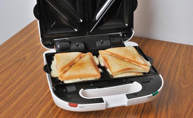 画像: パンにハムやチーズを挟んで焼けば、5分ほどでアッツアツのホットサンドが完成。朝食やブランチに最適。