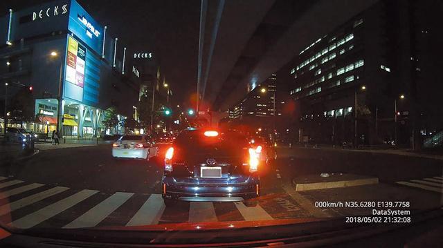 画像: ブレーキランプの点灯に影響されず、その周辺を鮮明に描き出した。映像が幅広いレンジで記録されている。