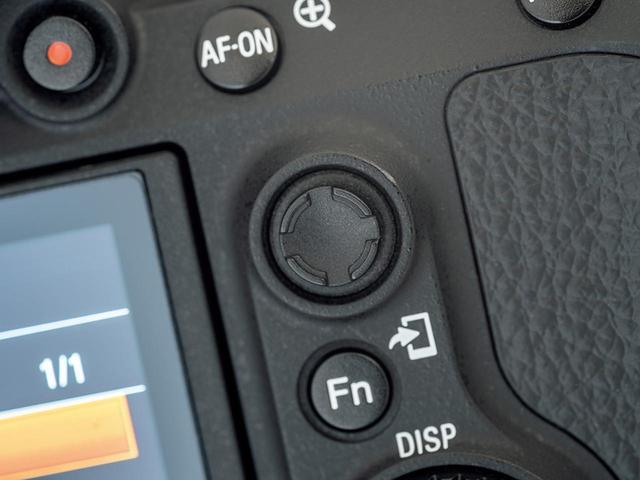 画像: 背面右手側に測距点選択のためのマルチセレクターを新設。コントロールホイールにも測距点移動を割り当てられるようになった。