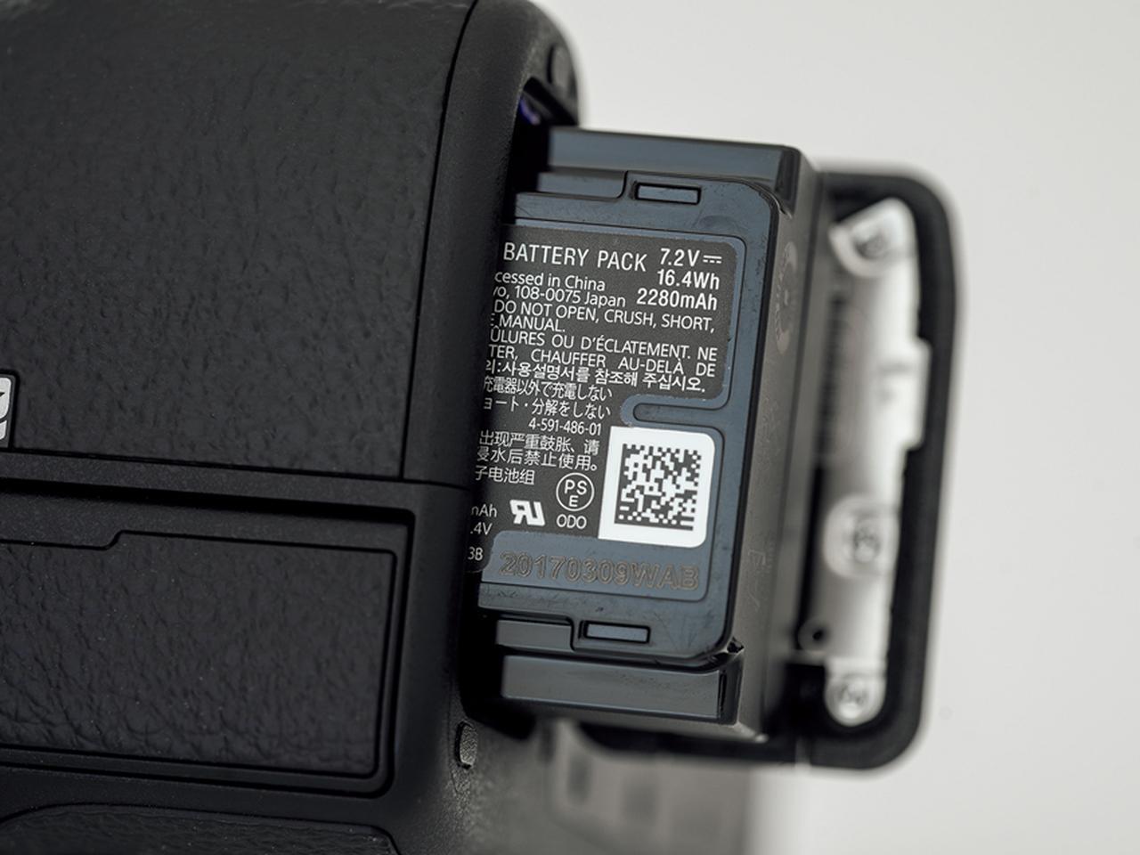 画像: α9以降のモデルに採用されている大容量バッテリー。モニター撮影時は710枚撮れるうえ、寒冷な条件にも強くなったのがうれしい。