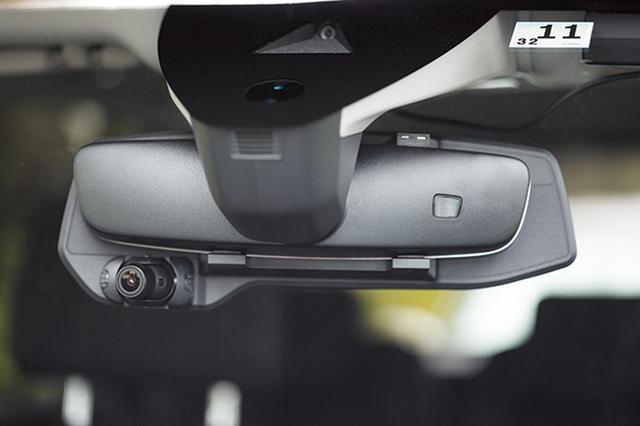 画像: 既存のルームミラーに本機をかぶせるだけの簡単取り付けを実現。カメラアングルを取り付け後に変えられるのも便利だ。