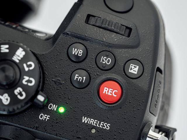 画像: グリップ上面には五つのボタンがある。よく使うホワイトバランスとISO感度は、手探りでも間違えないようにボタンの形状を変えてある。