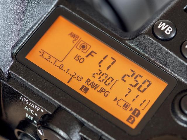 画像: ボディ天面にあるステータスLCD(表示パネル)はミラーレス一眼では珍しい。暗い状況でも見やすいように、照明機能も内蔵している。
