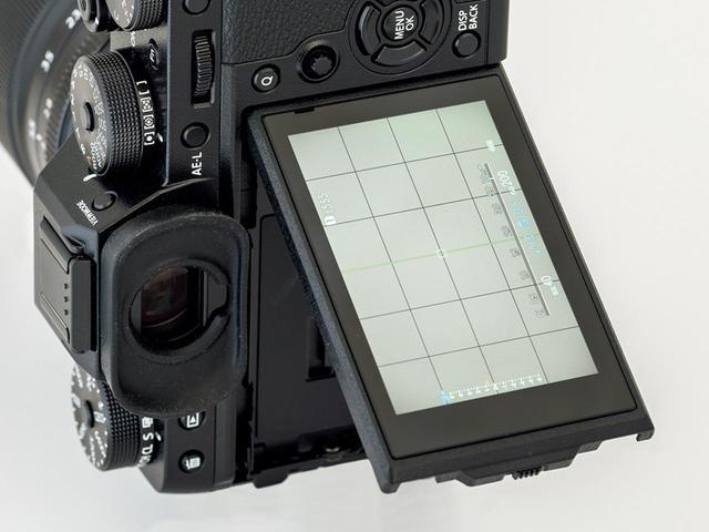 画像: 液晶モニターは右向きに60度まで動かせる3方向チルト式。レンズ光軸近くで見られるし、縦位置のローアングル撮影にも対応できる。