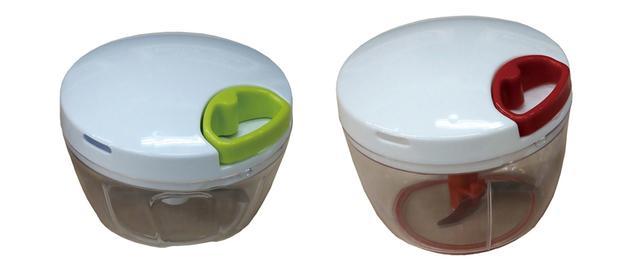 画像: 段違いの回転刃が、野菜を細かくカット。カップはそのまま器としても使える。モーター音がしないので静かに使えて便利。