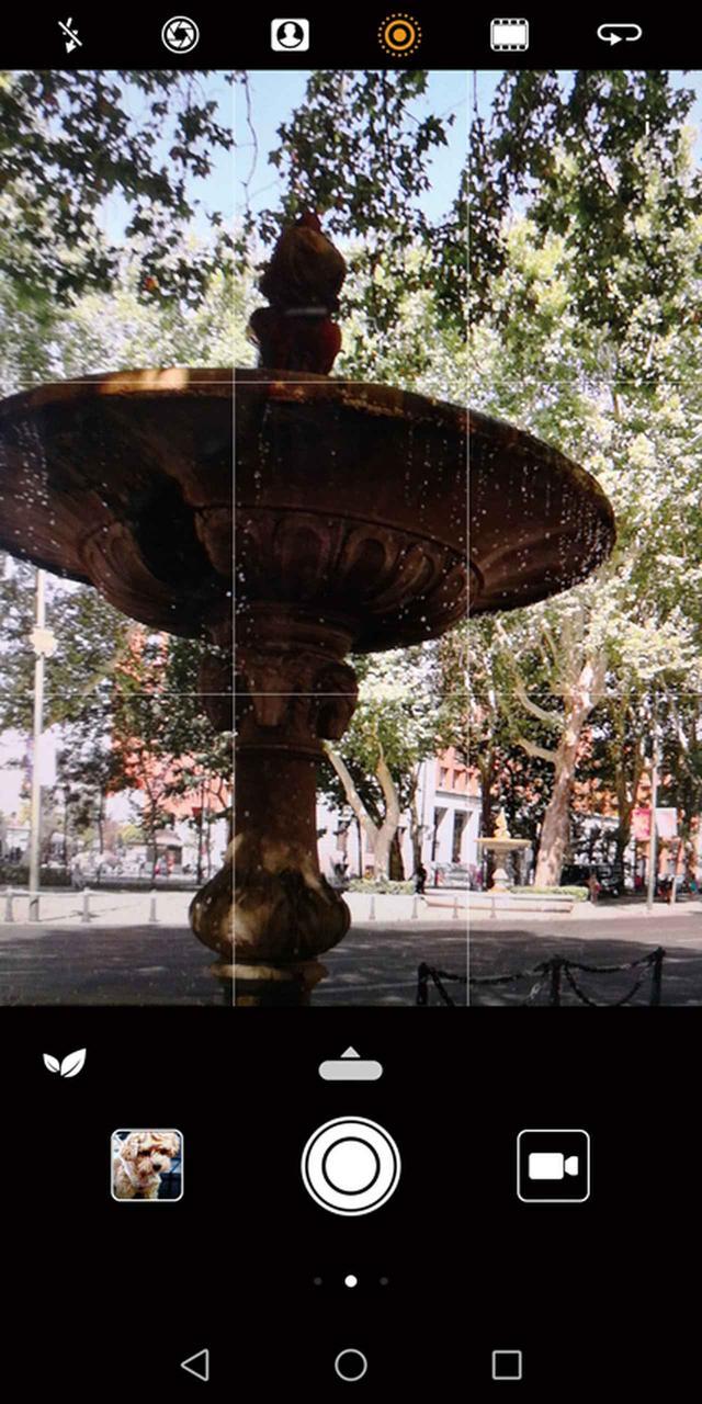 画像: これはファーウェイ製のスマホのカメラの画面。静止画と動画を同時に撮影できる機能が搭載されている。