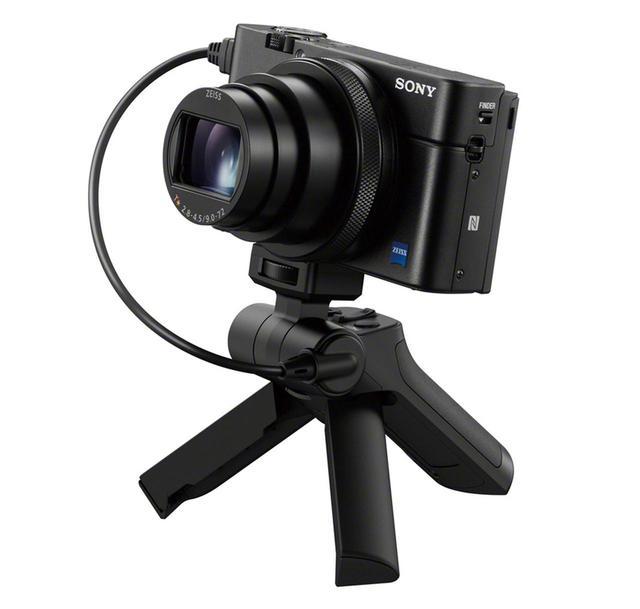 画像: シャッター、録画開始/停止、ズームボタンを装備し、ミニ三脚にもなるシューティンググリップ(VCT-SGR1)を別売で用意。