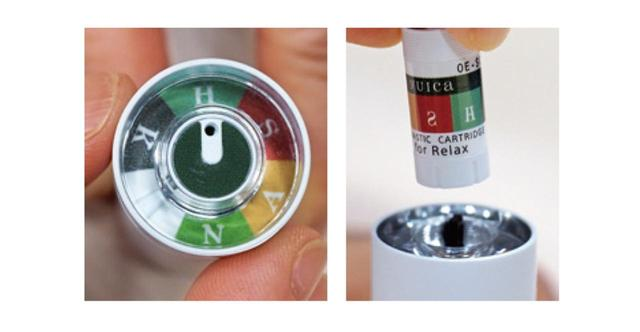 画像: カートリッジをセット。ダイヤルを回して、5種類から香りをチョイスできる。