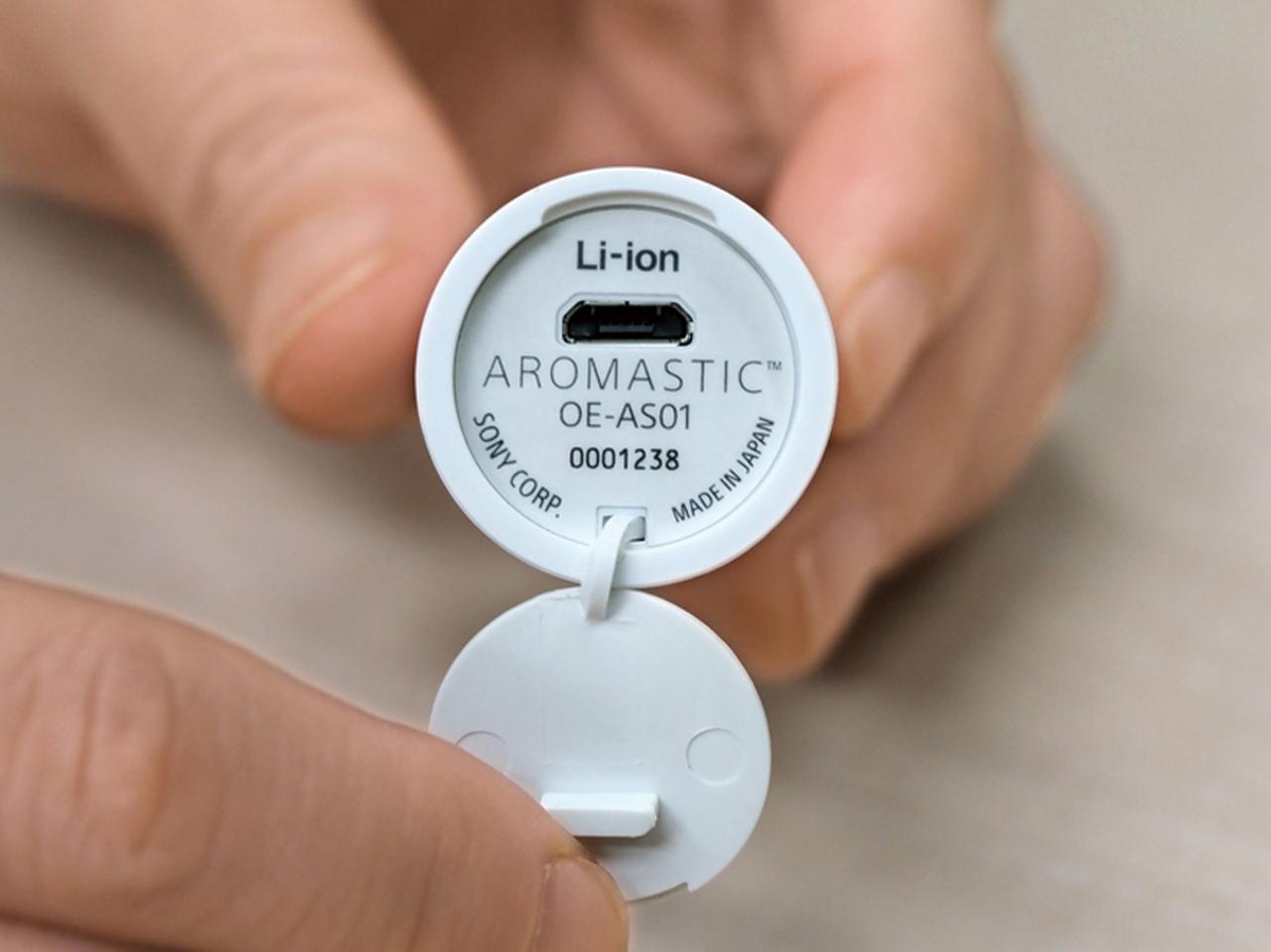 画像: 本体の底面にはUSB端子が。2時間の充電で、約2ヵ月使える。