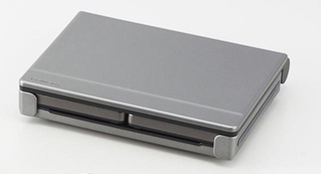 画像: キーボードとディスプレイを畳んだ状態。幅156ミリ×奥行き126ミリ×厚さ33ミリ。