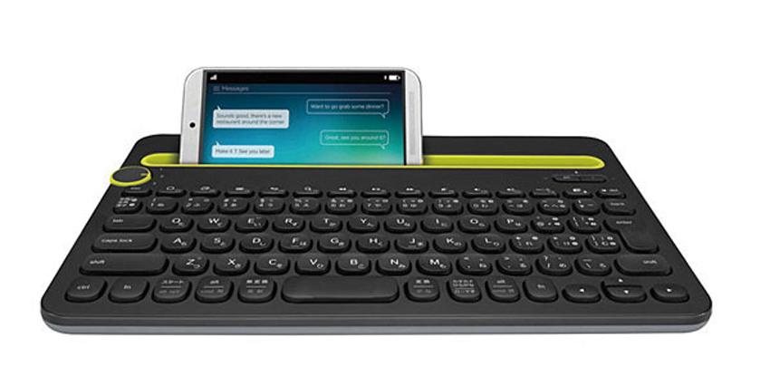 画像: ブルートゥースでiPhoneと接続して使えるキーボード。iPhoneのスタンドも兼ねるスタイルとなっている。