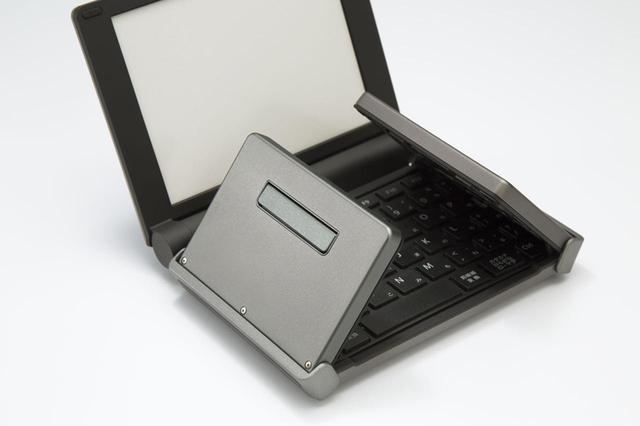 画像: キーボードの開閉に連動するキーフットをキーボードの下部に装備。キーボードを開くとこのキーフットが出てきて、デスクなどの接地面との安定化を図る。