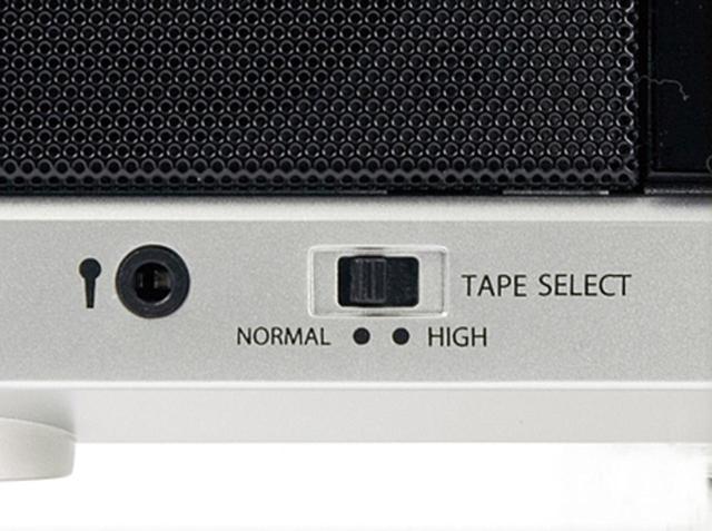画像: ノーマルテープのほかに高音質のハイポジションテープの再生にも対応(右スイッチ)。カラオケマイク端子(左)も、もちろん装備。