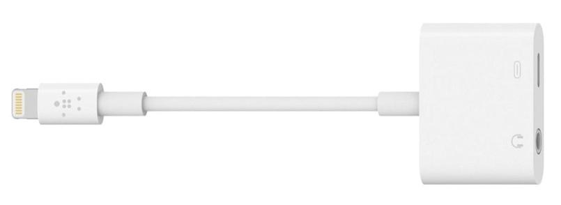 画像: iPhoneのLightining端子に接続してヘッドホン端子を追加できる。