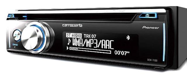 画像: CDとブルートゥース、USB端子を備えたヘッドユニット。楽曲タイトルは日本語表示に対応。