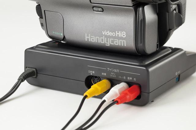 画像: 接続は映像/音声ケーブルを使用。ビデオカメラによっては、付属のクレードルが必要になる場合もある。