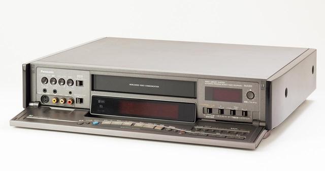 画像: 使用したのは1992年発売のパナソニックNV-BX25。S-VHSビデオデッキで、再生画質の高さが魅力的。
