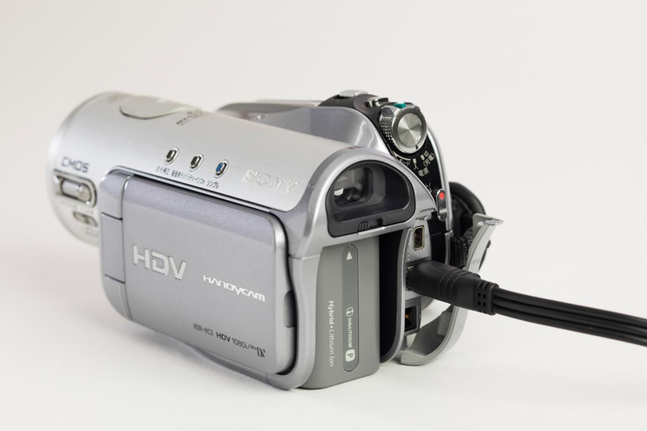 画像: ビデオカメラの映像出力は専用端子が多く、付属のAVケーブルが必要。付属品の管理も重要なのだ。