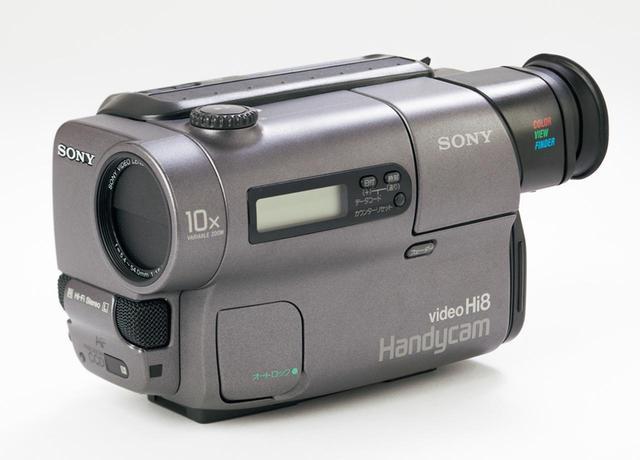 画像: テープを再生するためのカメラを用意。今回はソニーの8ミリビデオカメラCCD-TR3(1993年製)を使用。