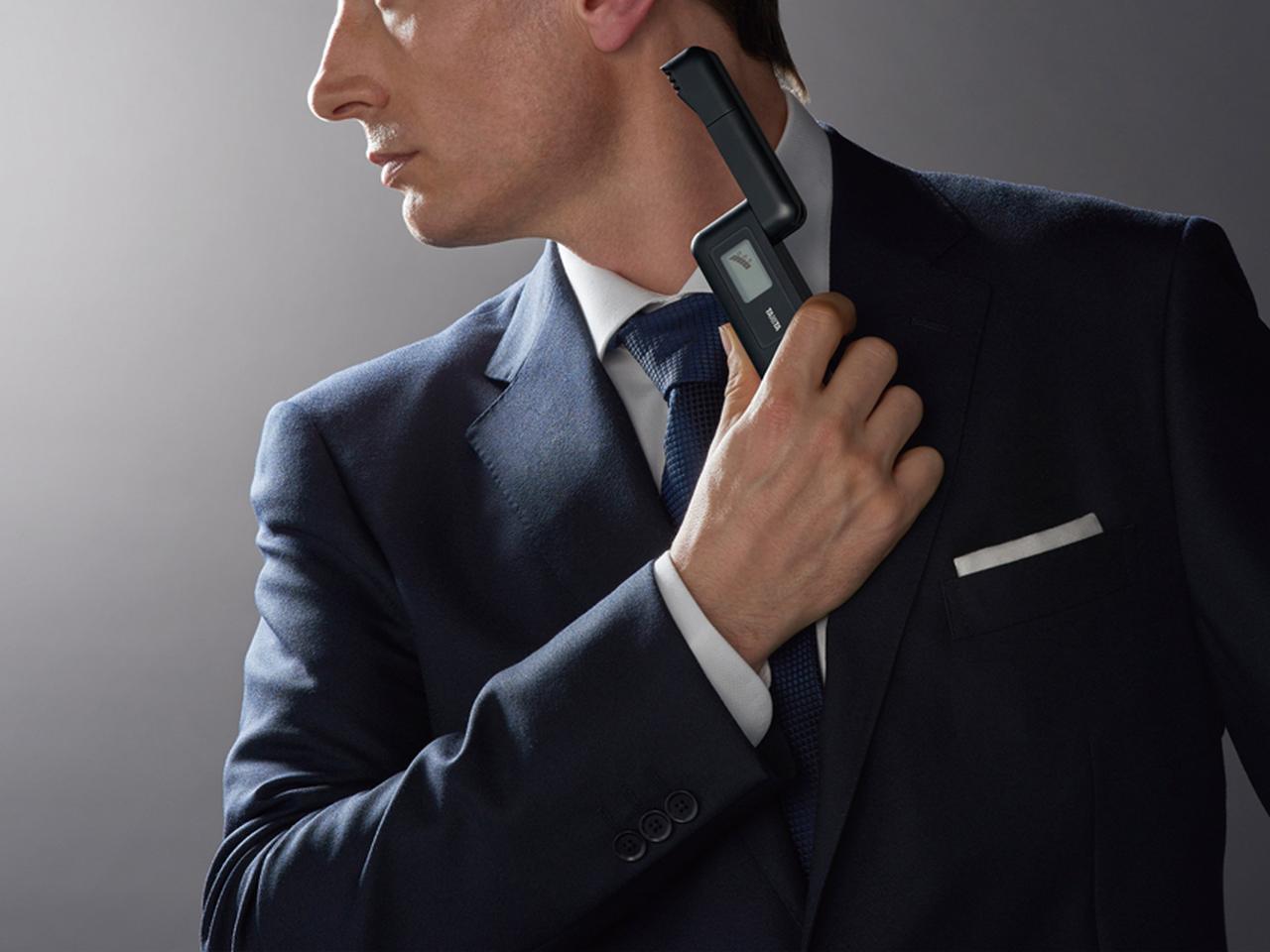 画像: センサー部分を開いて、体臭が気になる部位に約10秒間近づけるだけで判定される。
