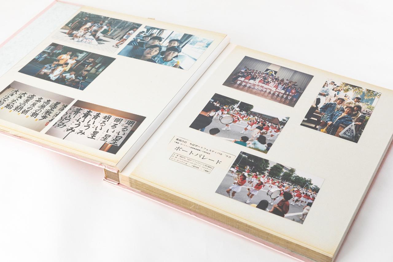 画像: 一般的なアルバムは、表面が保護用フィルムで覆われているため、普通に撮影するとてかりが出やすい。
