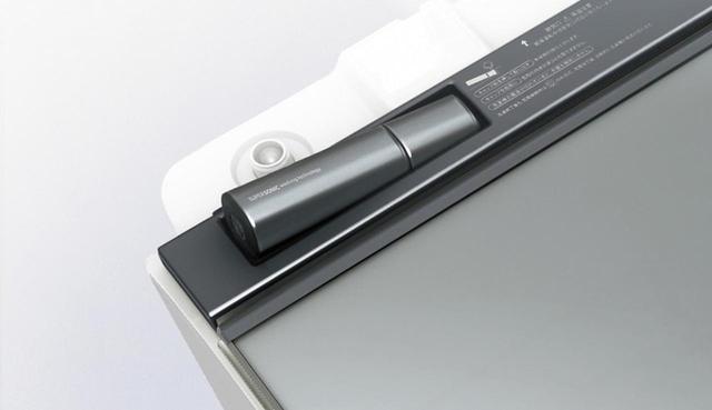 画像: 本体上部に超音波ウォッシャーを搭載。衣類にシミや汚れが付着している場合に取り外し、洗面器などに水をためて予洗いに利用できる。使用後は置いておくだけで充電される。