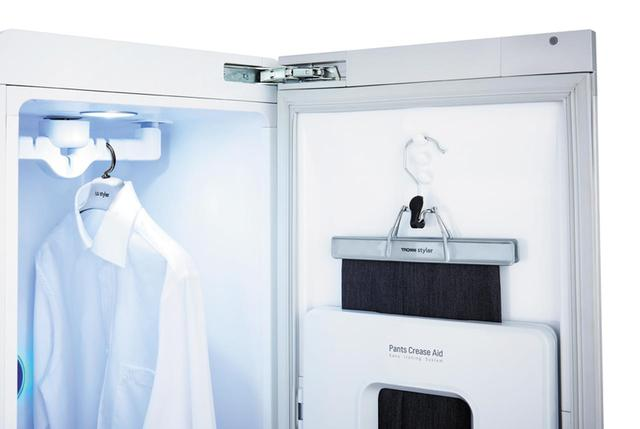 画像: クローゼットの中には、ジャケットやシャツを3枚つるすことが可能。ドアの裏側にはズボンプレス機能も搭載しており、1日分の衣類を収納できる。