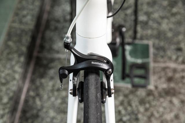 画像: 何より大切な安全性は、シマノSORAグレードのブレーキによって確保している。