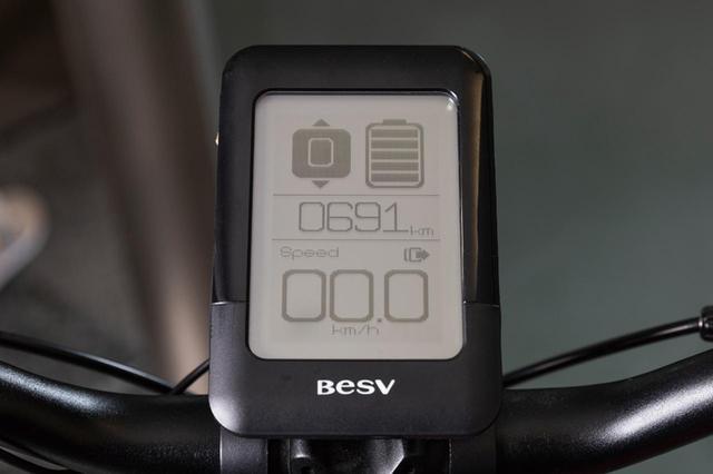 画像: 大型ディスプレイに速度、距離などを表示。