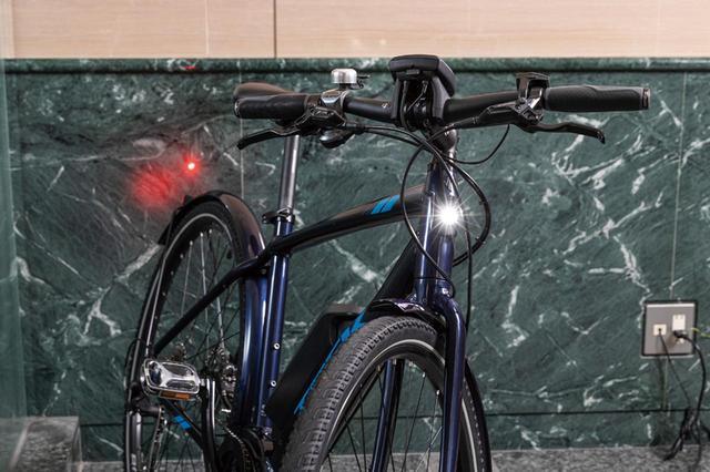 画像: ライトはバッテリーから電気を通すが、バッテリー消費後も2時間は点灯する。