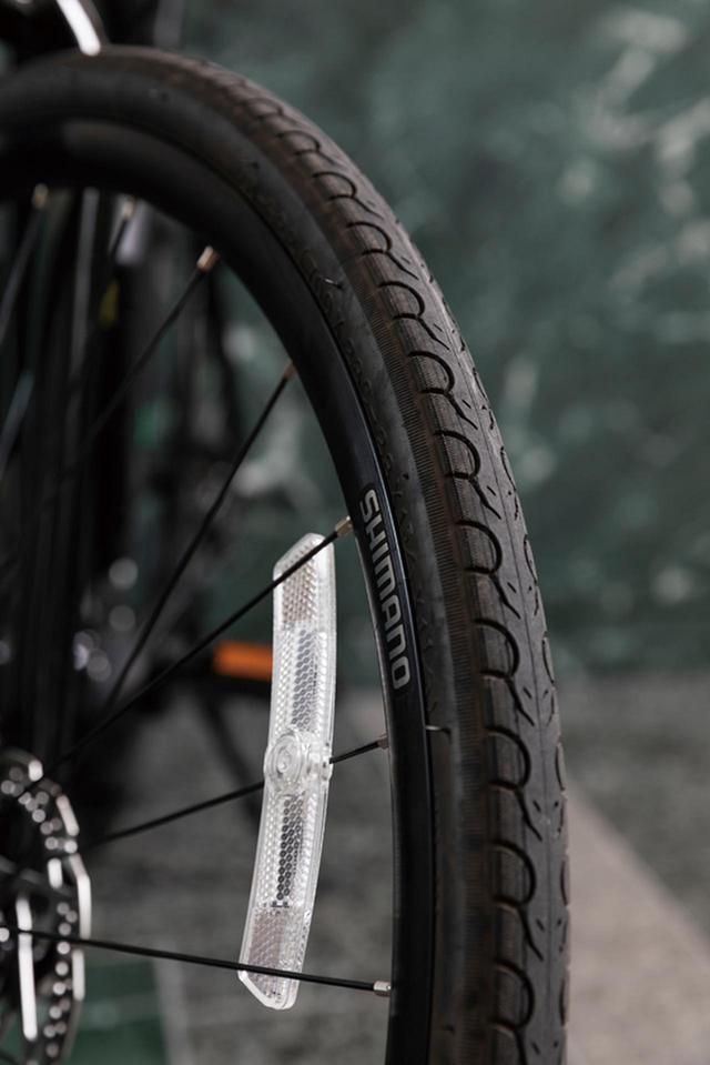画像: KENDAの28Cタイヤを装着し、路面状況を選ばずに走破できる。