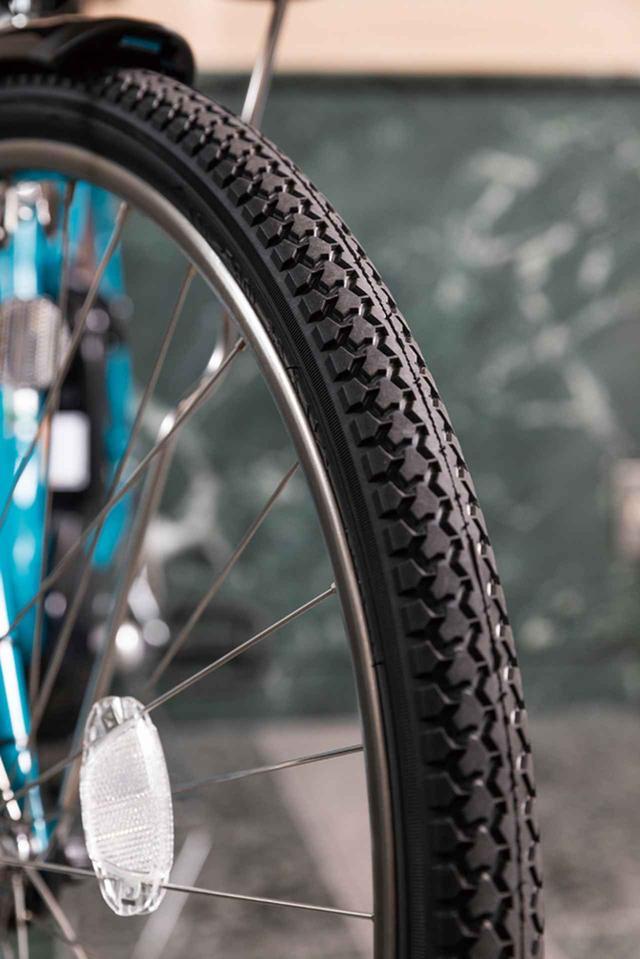 画像: 耐久性に優れるタイヤとステンレス製のホイール。