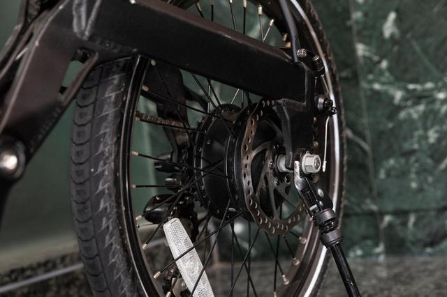 画像: 後輪に直結するリアハブモーターを搭載。