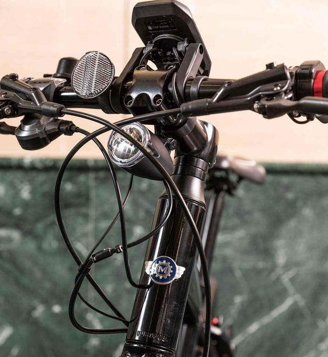 画像: バッテリーやサイクルコンピューターと連動する独自のバッテリーランプを装備。