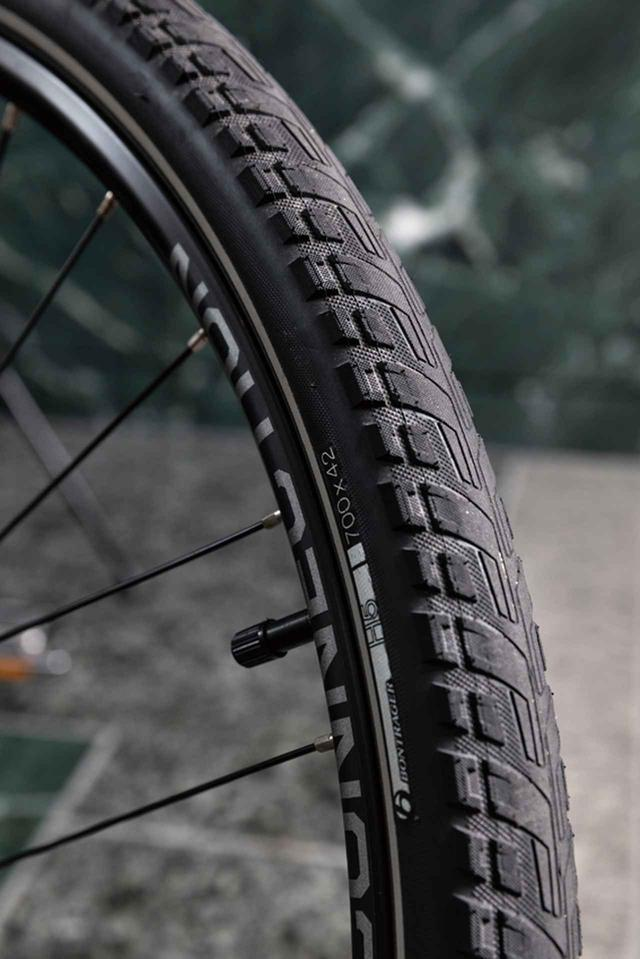画像: 42Cという非常にボリュームのあるタイヤが、ライダーに快適性をもたらす。