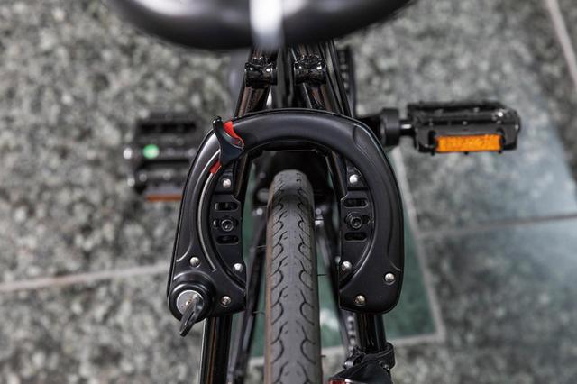 画像: 停車時に手軽に施錠ができる堅牢なサークルロックを標準装備。